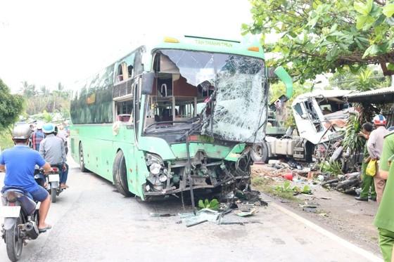 Xe đầu kéo va chạm với xe khách khiến nhiều người bị thương ảnh 1