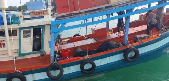 Tạm giữ tàu cá từ vùng biển Campuchia chạy về Việt Nam ảnh 1