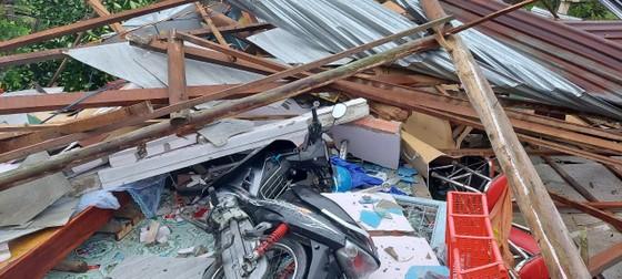 Mưa lớn, lốc xoáy làm sập, tốc mái 24 căn nhà ở Vĩnh Long ảnh 2