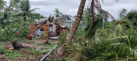 Mưa lớn, lốc xoáy làm sập, tốc mái 24 căn nhà ở Vĩnh Long ảnh 1
