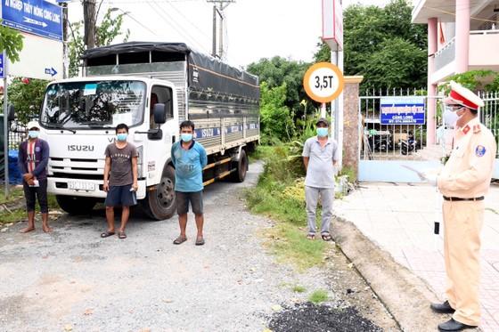 Phát hiện 3 người trốn phía sau thùng xe tải tại Trà Vinh ảnh 1