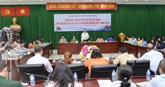 Lãnh đạo TPHCM lắng nghe tâm tư của nữ công nhân vệ sinh ảnh 1