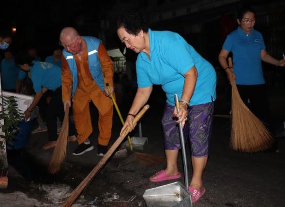 Lãnh đạo TPHCM cùng người dân, phật tử vệ sinh đường phố ngày cuối năm ảnh 4
