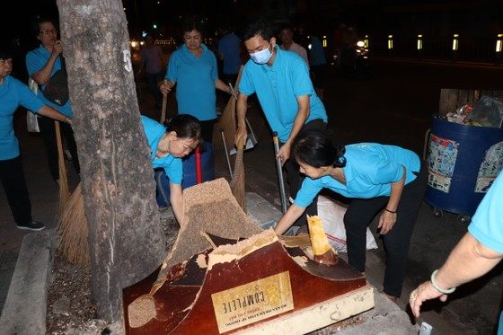 Lãnh đạo TPHCM cùng người dân, phật tử vệ sinh đường phố ngày cuối năm ảnh 1