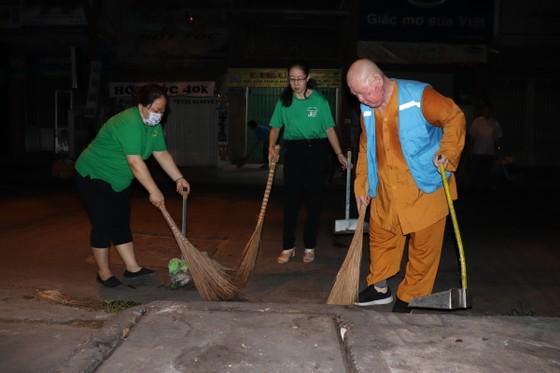 Lãnh đạo TPHCM cùng người dân, phật tử vệ sinh đường phố ngày cuối năm ảnh 2