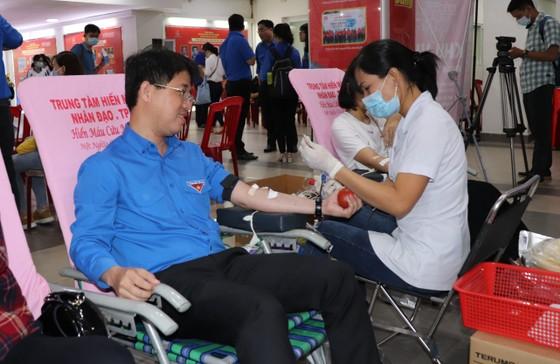 Tuổi trẻ TPHCM tham gia hiến máu cứu người ảnh 3