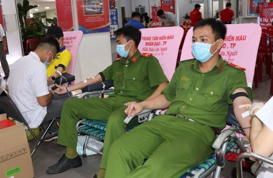 Tuổi trẻ TPHCM tham gia hiến máu cứu người ảnh 2