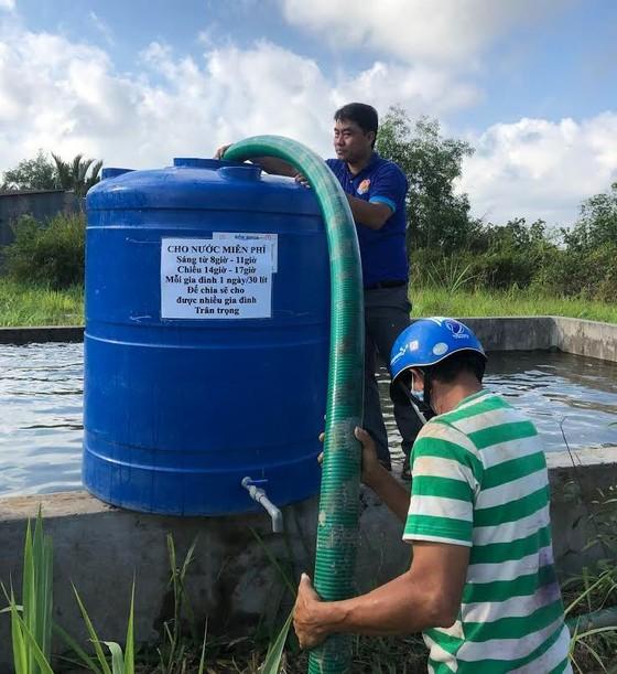 Hơn 3,6 triệu lít nước ngọt từ TPHCM tiếp sức người dân vùng hạn mặn ảnh 1