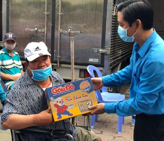 Trao quà người bán vé số, người khuyết tật ảnh 1