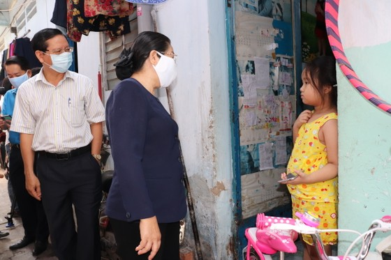 Lãnh đạo Thành ủy TPHCM thăm công nhân và chủ nhà trọ ảnh 3