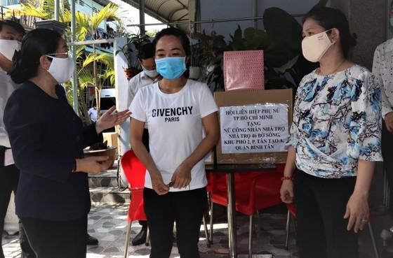 Lãnh đạo Thành ủy TPHCM thăm công nhân và chủ nhà trọ ảnh 2