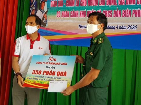 CEP tặng quà 500 công nhân bị mất việc làm ảnh 2