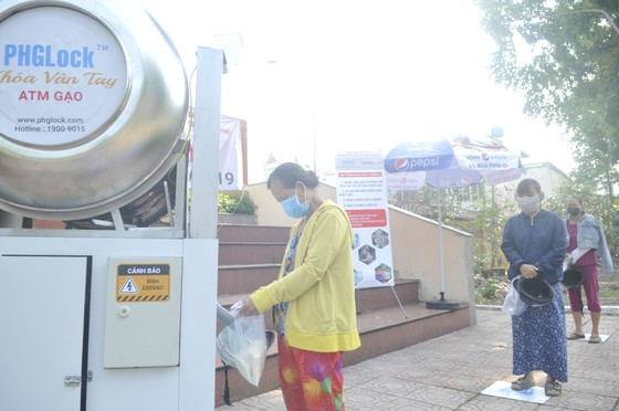 Trao Thư khen của Phó Chủ tịch nước đến người sáng tạo máy 'ATM gạo' ảnh 2