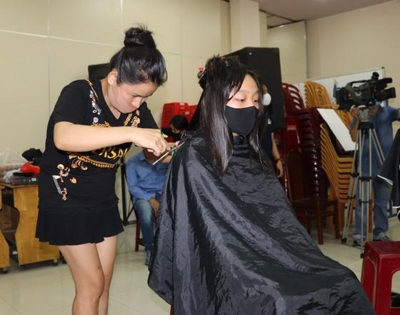Trao sổ tiết kiệm, cắt tóc miễn phí cho người lao động ảnh 3