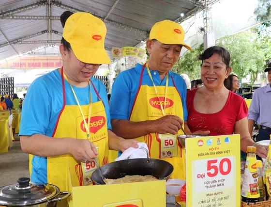 Sôi nổi hội thi nấu ăn 'Bữa ăn gia đình Việt' ảnh 1