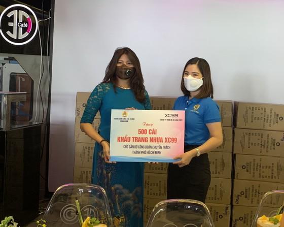Hỗ trợ khẩu trang, miếng ngăn giọt bắn cho nhân viên y tế Đà Nẵng ảnh 1
