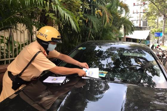 Dán thông báo phạt nguội phương tiện dừng, đậu xe trái phép ảnh 1