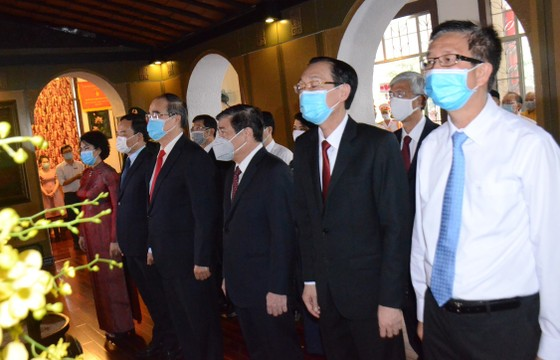 Lãnh đạo TPHCM dâng hương, dâng hoa tưởng nhớ Chủ tịch Tôn Đức Thắng ảnh 1