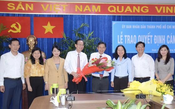 Trao quyết định phê chuẩn đồng chí Lê Văn Chiến giữ chức Chủ tịch UBND quận 4  ảnh 1