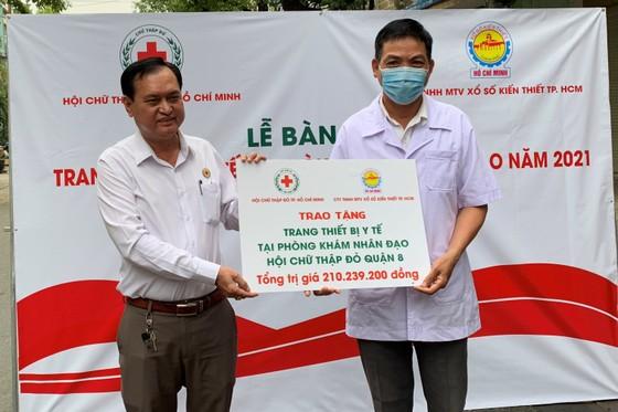Sáng 22-1, Hội Chữ thập đỏ TPHCM đã trao trang biết bị y tế cho phòng khám nhân đạo Hội Chữ thập đỏ tại các quận 8, Bình Thạnh và Gò Vấp. ảnh 1
