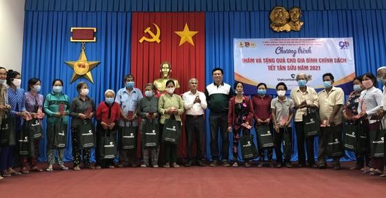 Trao quà tết cho gia đình chính sách tại tỉnh Bến Tre và Trà Vinh ảnh 1