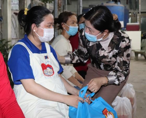 Trao quà tết phụ nữ, công nhân khó khăn ảnh 2