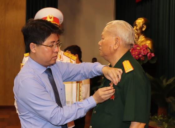 Trao tặng và truy tặng Huân chương chiến công cho 92 đồng chí ảnh 1