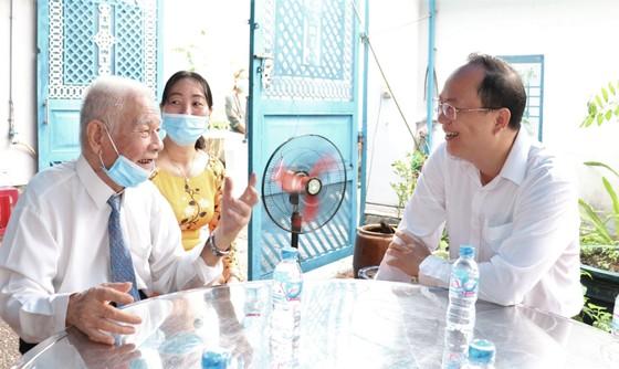 Đồng chí Nguyễn Hồ Hải trao Huy hiệu Đảng cho đảng viên cao tuổi tại quận 6 ảnh 4