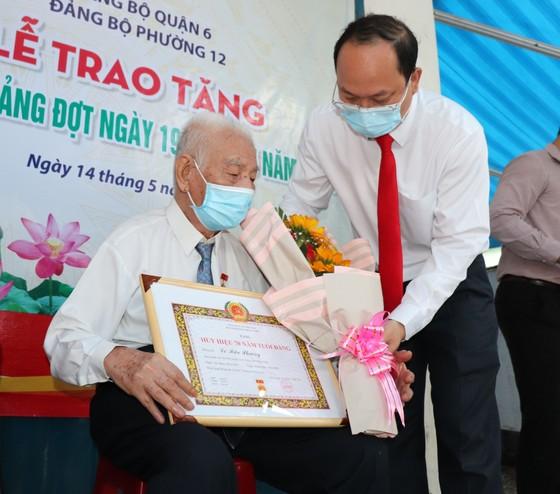 Đồng chí Nguyễn Hồ Hải trao Huy hiệu Đảng cho đảng viên cao tuổi tại quận 6 ảnh 3