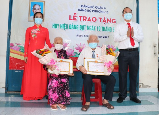 Đồng chí Nguyễn Hồ Hải trao Huy hiệu Đảng cho đảng viên cao tuổi tại quận 6 ảnh 6