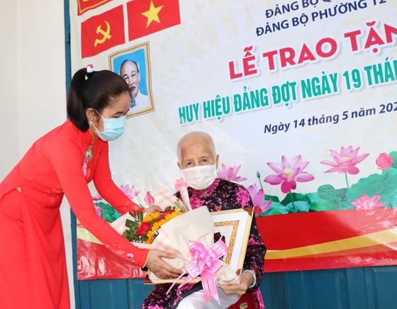 Đồng chí Nguyễn Hồ Hải trao Huy hiệu Đảng cho đảng viên cao tuổi tại quận 6 ảnh 2