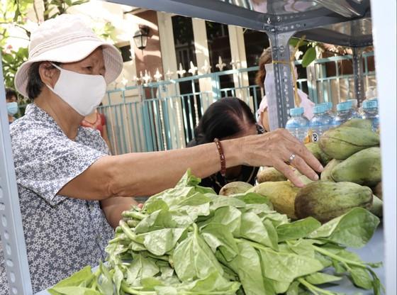 Nhiều gian hàng 0 đồng phục vụ các điểm cách ly tại quận Phú Nhuận ảnh 1