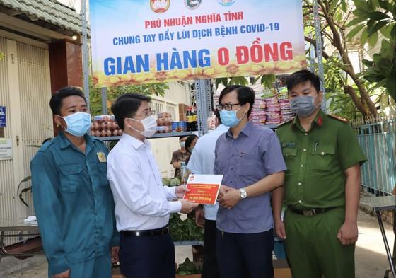Nhiều gian hàng 0 đồng phục vụ các điểm cách ly tại quận Phú Nhuận ảnh 3