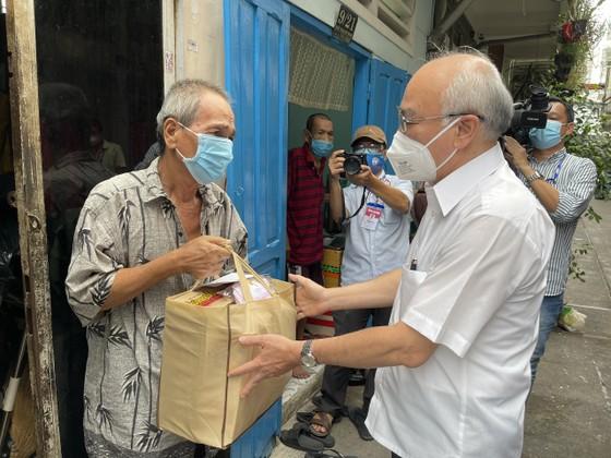 Trưởng Ban Tuyên giáo Thành ủy TPHCM thăm, tặng quà người khó khăn, khuyết tật ở quận 3 ảnh 1
