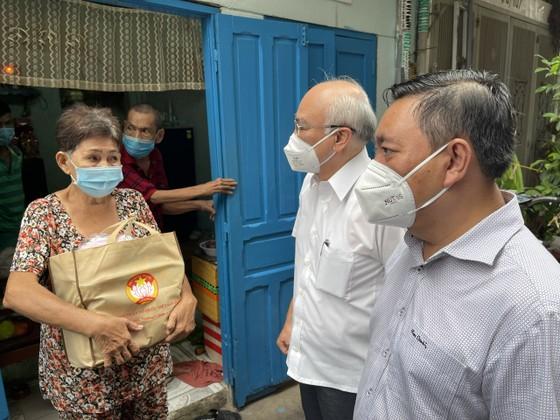 Trưởng Ban Tuyên giáo Thành ủy TPHCM thăm, tặng quà người khó khăn, khuyết tật ở quận 3 ảnh 3