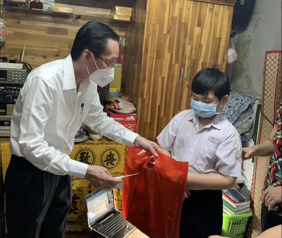 Lãnh đạo TPHCM thăm, trao quà Trung thu cho trẻ mồ côi vì Covid-19 ảnh 5