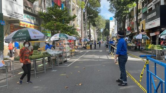 Người dân quận 5 ra đường đi chợ ảnh 1