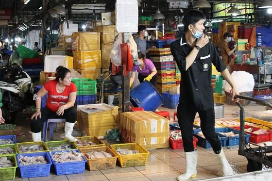 Lãnh đạo TPHCM kiểm tra công tác phòng chống dịch Covid-19 tại chợ, bến xe ảnh 4