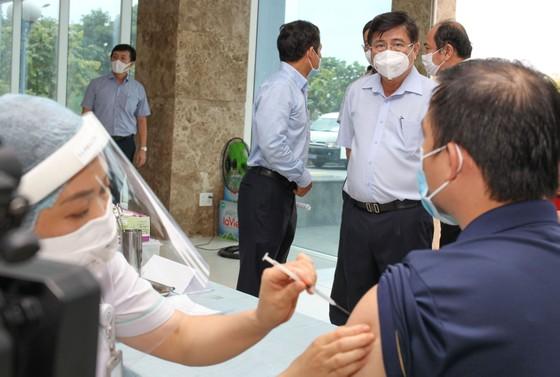 Chủ tịch UBND TPHCM Nguyễn Thành Phong kiểm tra công tác tiêm chủng vaccine Covid-19 ảnh 3