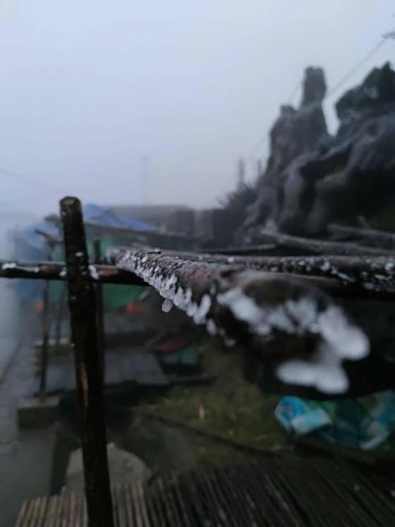 Hà Nội còn 8 độ C, Mẫu Sơn chìm trong băng tuyết ảnh 7
