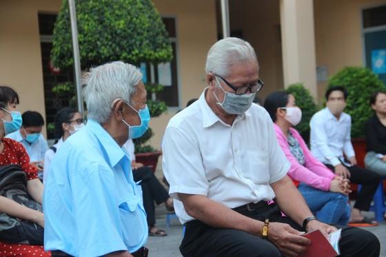 Nhiều người già, trẻ em được xe cấp CCCD lưu động 'phục vụ' tới đêm ở TP Thủ Đức ảnh 3