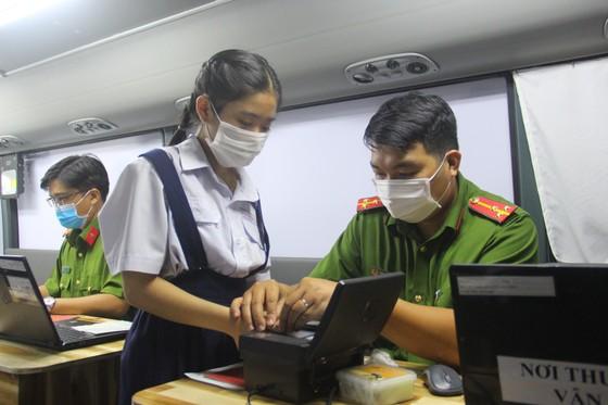 Nhiều người già, trẻ em được xe cấp CCCD lưu động 'phục vụ' tới đêm ở TP Thủ Đức ảnh 2