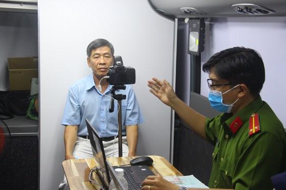 Nhiều người già, trẻ em được xe cấp CCCD lưu động 'phục vụ' tới đêm ở TP Thủ Đức ảnh 5