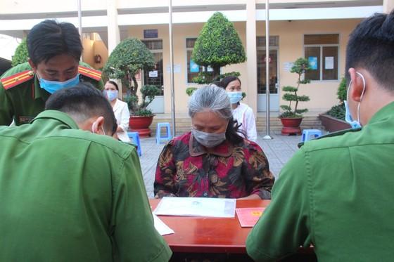 Nhiều người già, trẻ em được xe cấp CCCD lưu động 'phục vụ' tới đêm ở TP Thủ Đức ảnh 6