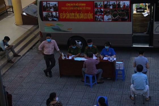 Nhiều người già, trẻ em được xe cấp CCCD lưu động 'phục vụ' tới đêm ở TP Thủ Đức ảnh 1