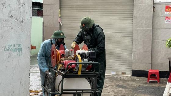Quân đội phun khử khuẩn tại quận Gò Vấp, quận 12 ảnh 7