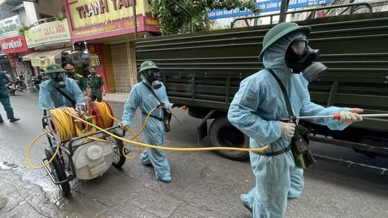 Quân đội phun khử khuẩn tại quận Gò Vấp, quận 12 ảnh 13