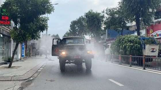 Quân đội phun khử khuẩn tại quận Gò Vấp, quận 12 ảnh 1
