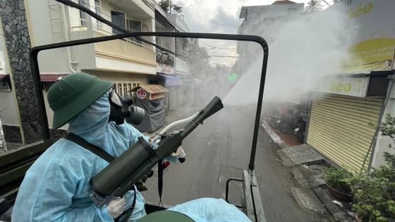 Quân đội phun khử khuẩn tại quận Gò Vấp, quận 12 ảnh 12