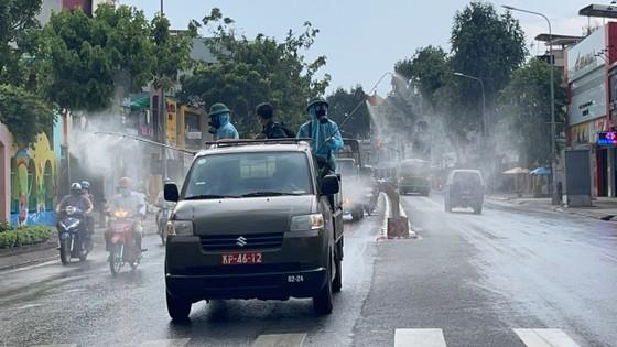 Quân đội phun khử khuẩn tại quận Gò Vấp, quận 12 ảnh 4